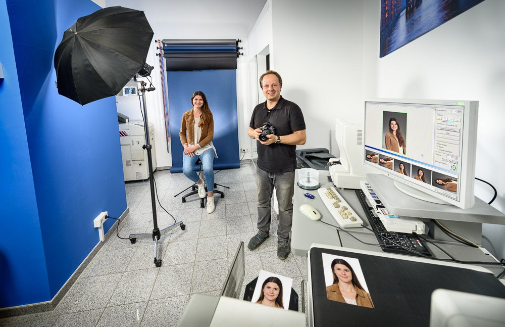Photofactory Dortmund Portraitstudio für Passbilder, Visumfotos und Bewerbungsfotos. Bilder werden auf Fotopapier ausbelichtet. Foto Dietrich Hackenberg
